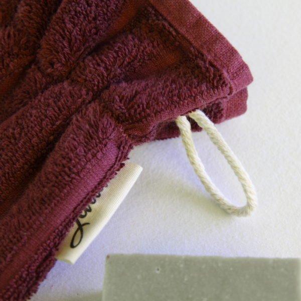 Débarbouillette ou gants de toilette enfant élastiqué taille 6 - 10 ans aubergine, détail cordon