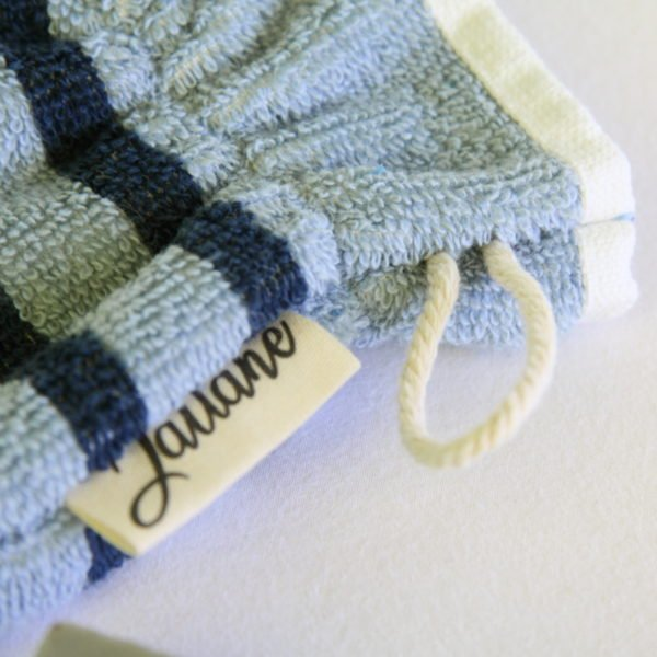 Débarbouillette, gant de toilette enfant élastiqué, 6-10 ans coloris bleu rayé avec cordon de suspension