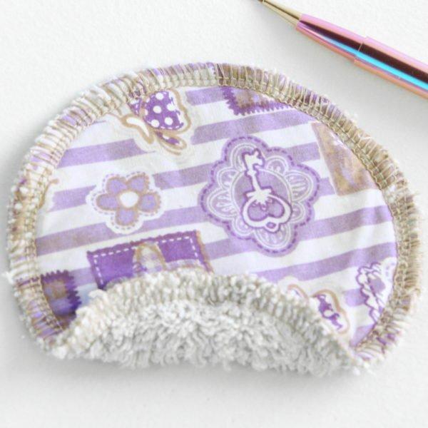 Disque à démaquiller rond, réutilisable, tissu violet imprimé baroque et éponge beige