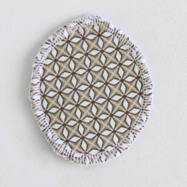 Disque à démaquiller ovale, lavable et zéro déchet, tissu beige imprimé géométriques et éponge beige