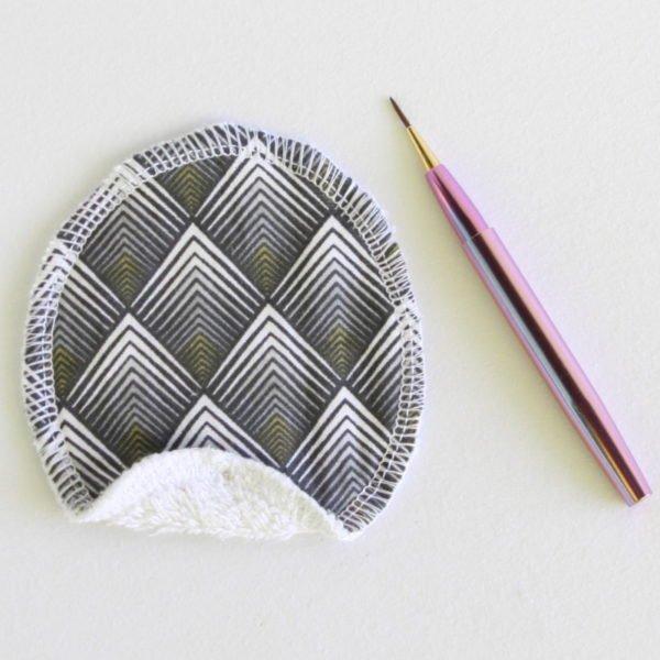 Disque à démaquiller ovale, lavable, tissu noir imprimé géométriques et éponge blanche