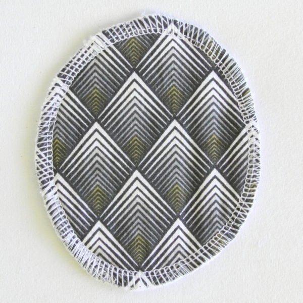 Disque à démaquiller ovale, lavable et zéro déchet, tissu noir imprimé géométriques et éponge blanche