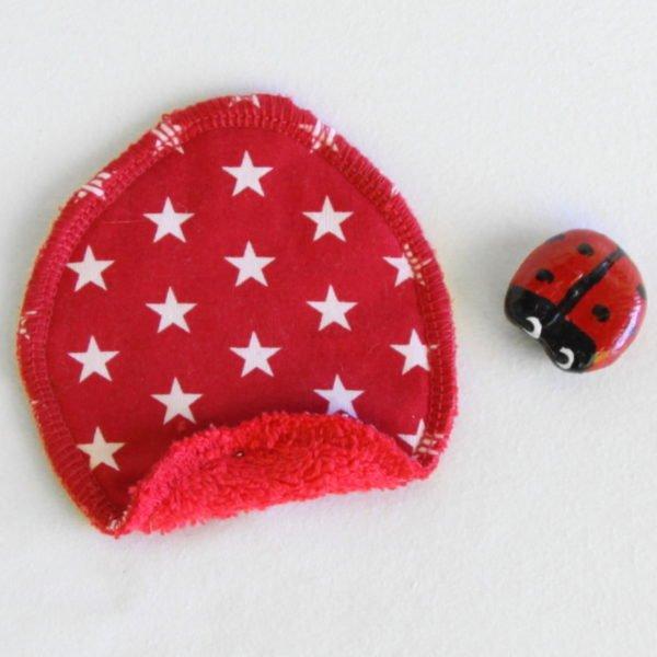 Disque à démaquiller ovale, zéro déchet, tissu rouge imprimé étoiles blanches et éponge rouge