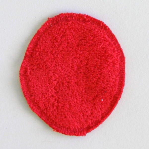 Disque à démaquiller ovale, réutilisable et zéro déchet, tissu rouge imprimé étoiles blanches et éponge rouge