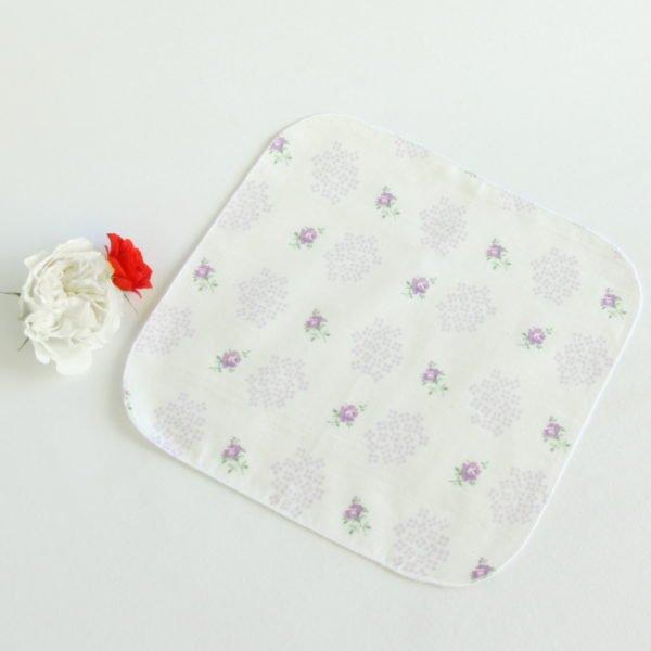 Mouchoir réutilisable en tissu 100% coton blanc imprimé de fleurs violettes