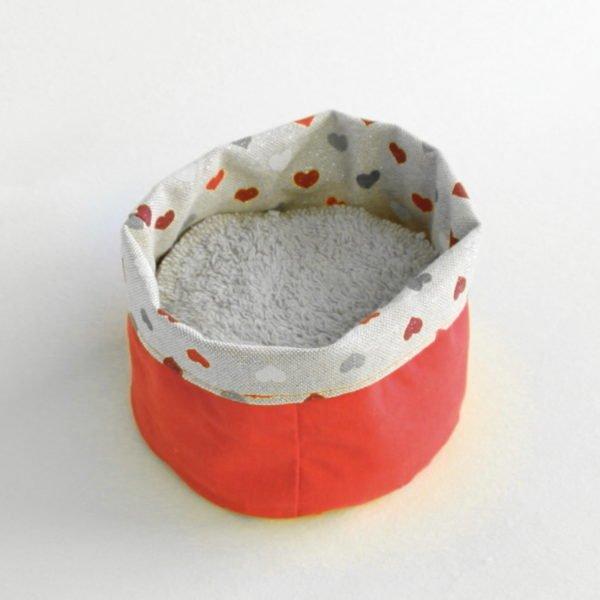 Panière en tissu rouge zéro déchet petits coeur rouges et gris sur fond beige à paillettes