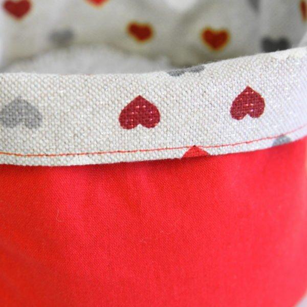 Panière en tissu zéro déchet petits coeur rouges et gris sur fond beige à paillettes, détail de couture