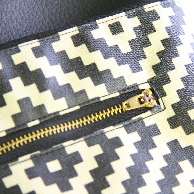 Ernestyne, le sac bandoulière transformable en sac à dos, avec une fermeture zippé sécurisée à l'avant du sac