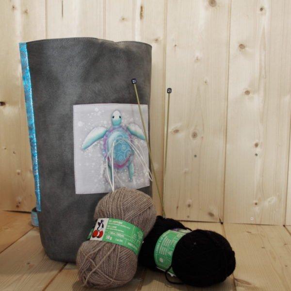 Tricotyne taille 2, sac à ouvrage pratique pour aiguilles courtes. Coloris gris et bleu avec coupon illustré Nidillus