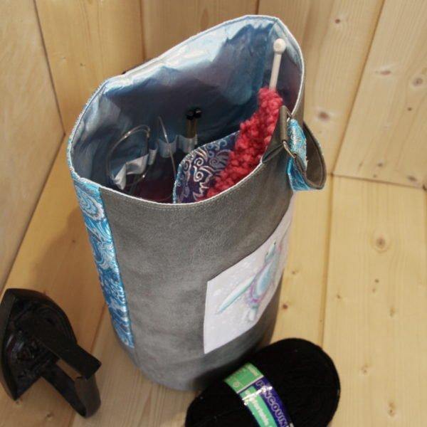 Tricotyne taille 2, sac à ouvrage pratique pour les tricoteuse en aiguilles courtes. Coloris gris et bleu avec coupon illustré Nidillus