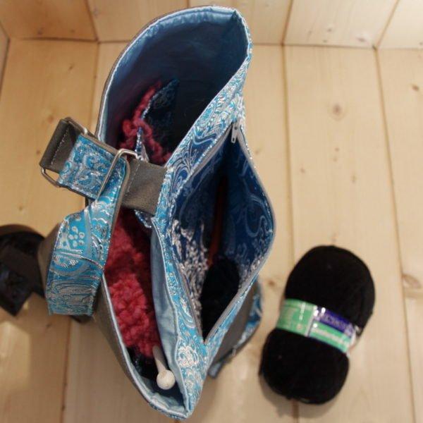 Tricotyne taille 2, sac à ouvrage pratique pour aiguilles courtes. Coloris gris et bleu avec coupon illustré Nidillus. Comprend de nombreux rangements.