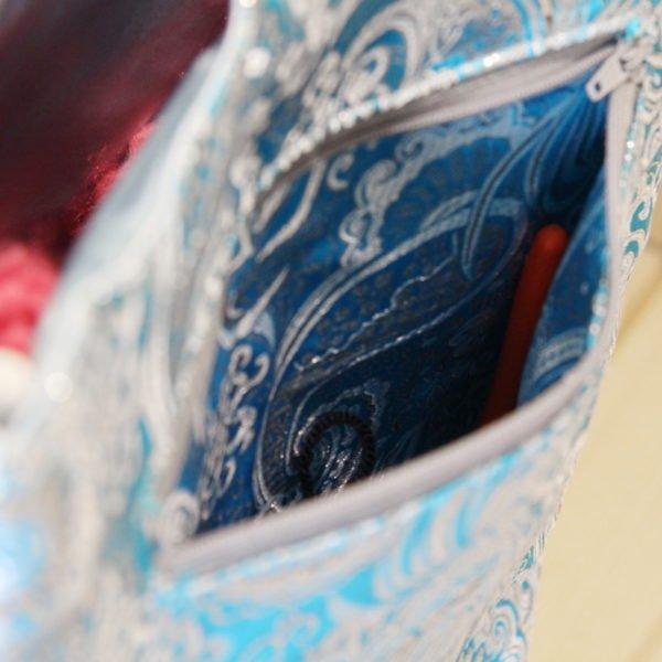 Tricotyne taille 2, sac à ouvrage pratique pour aiguilles courtes. Coloris gris et bleu avec coupon illustré Nidillus. Avec une poche zippé extérieure.