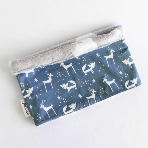Snood enfant en polaire grise avec des mouton et tissu bleu nuit imprimé de renard et rennes