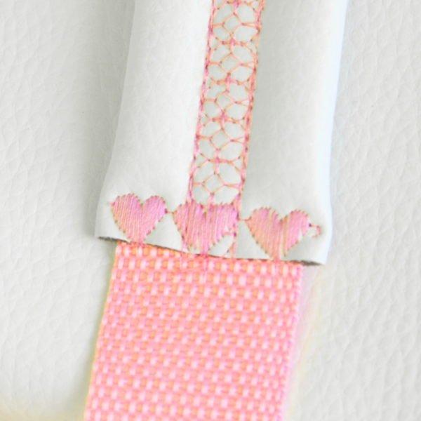 Sac à dos licorne rose, détail de broderie des bretelles
