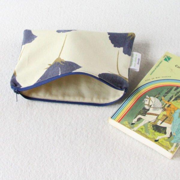 Trousse upcycling zippée en jeans et recyclage de nappe, intérieur beige.