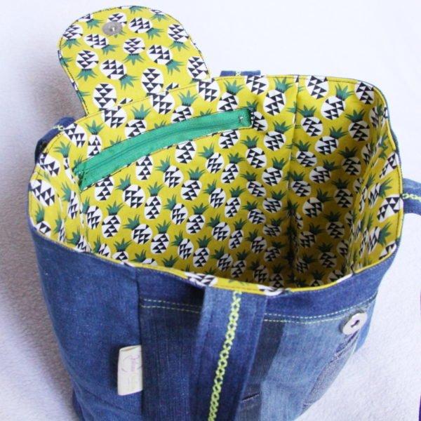 Sac cabas en jeans patchwork et ananas jaune, vue intérieure avec poche zippée.