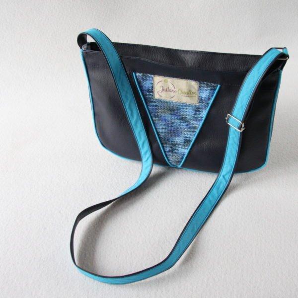 Sac bandoulière forme besace, en simili cuir bleu marine et recyclage d'un pull bleu chiné, passepoil bleu.