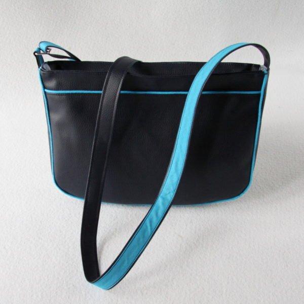 Sac bandoulière forme besace, en simili cuir bleu marine et recyclage d'un pull bleu chiné, vue de dos.