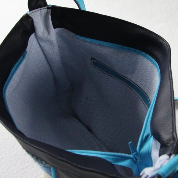 Sac bandoulière forme besace, en simili cuir bleu marine et recyclage d'un pull bleu chiné., vue intérieure.