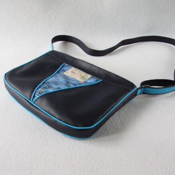 Sac bandoulière forme besace, en simili cuir bleu marine et recyclage d'un pull bleu chiné, vue de dessous.