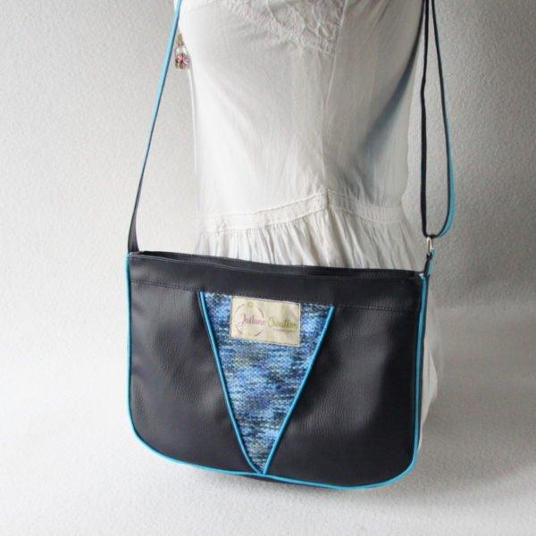 Sac bandoulière forme besace, en simili cuir bleu marine et recyclage d'un pull bleu chiné.