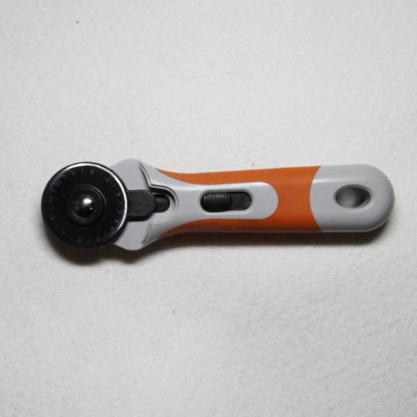 Cutter circulaire avec lame de 45 mm de diamètre, coupe facilité de plusieurs épaisseurs avec tapis de découpe