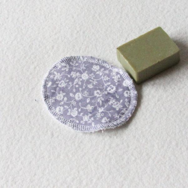 Disque à démaquiller ovale, lingette zéro déchet tissu mauve imprimé de fleurs blanches & éponge blanche