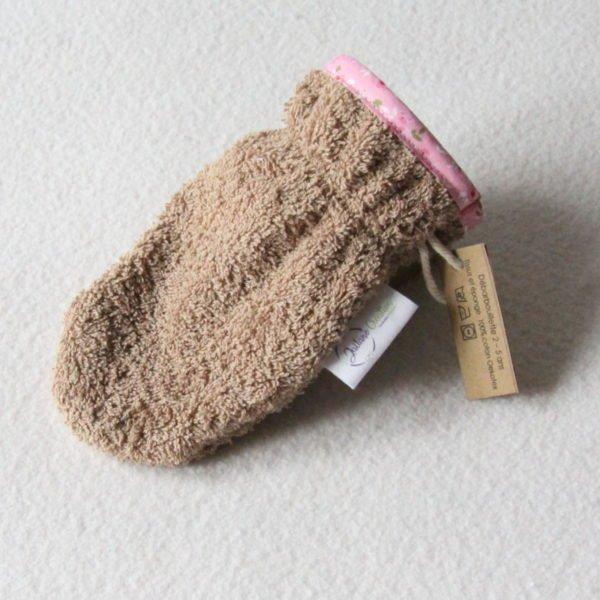 Débarbouillette ou gant de toilette enfant élastiqué 2 à 5 ans de couleur beige avec un biais roseavec des fleurs
