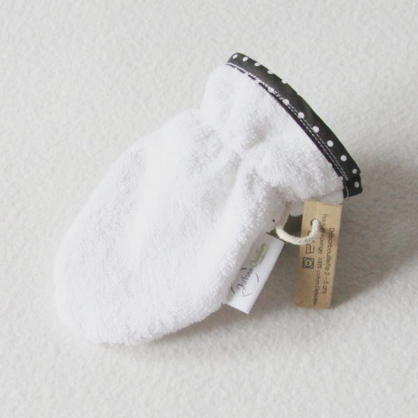 Débarbouillette ou gant de toilette enfant élastiqué 2 à 5 ans de couleur blanche avec un biais noir à pois blancs