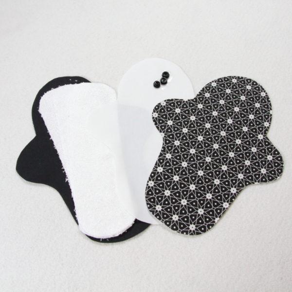 Kit prêt à coudre pour protection féminine, serviette hygiénique flux abondant coloris noir avec motifs géométrique blancs
