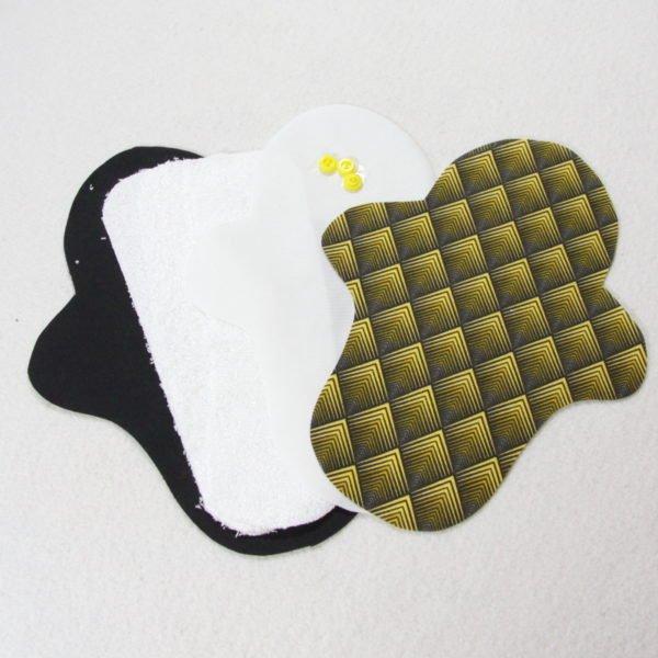 Kit prêt à coudre pour protection féminine, serviette hygiénique flux abondant coloris noir avec motifs losanges jaunes