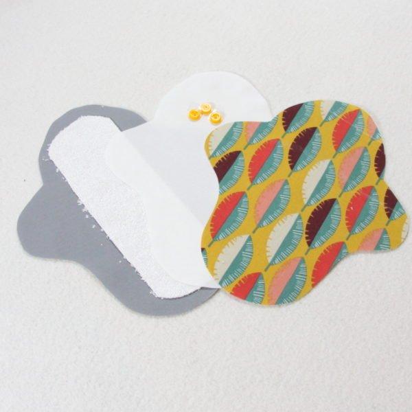Kit prêt à coudre pour protection féminine, serviette hygiénique flux léger coloris ocre avec feuilles multicolores