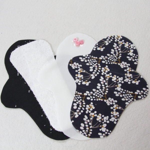 Kit prêt à coudre pour protection féminine, serviette hygiénique flux normal coloris bleu marine avec fleurs blanches