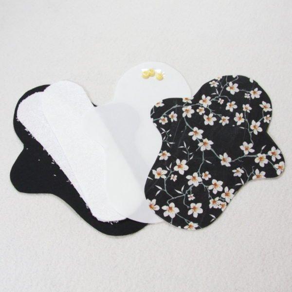 Kit prêt à coudre pour protection féminine, serviette hygiénique flux normal coloris noir avec fleurs de cerisier blanches