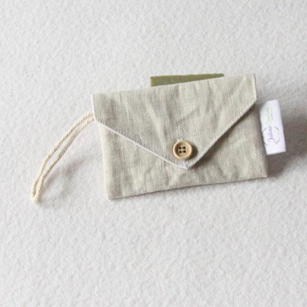 Pochette imperméable à savon ou shampoing solide zéro déchet en lin enduit beige clair, format enveloppe
