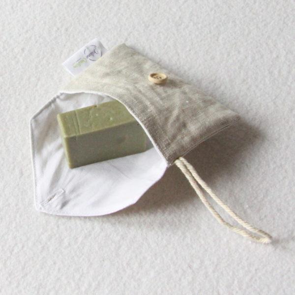Pochette à savon ou shampoing solide bio et zéro déchet en lin enduit avec un bouton en bois