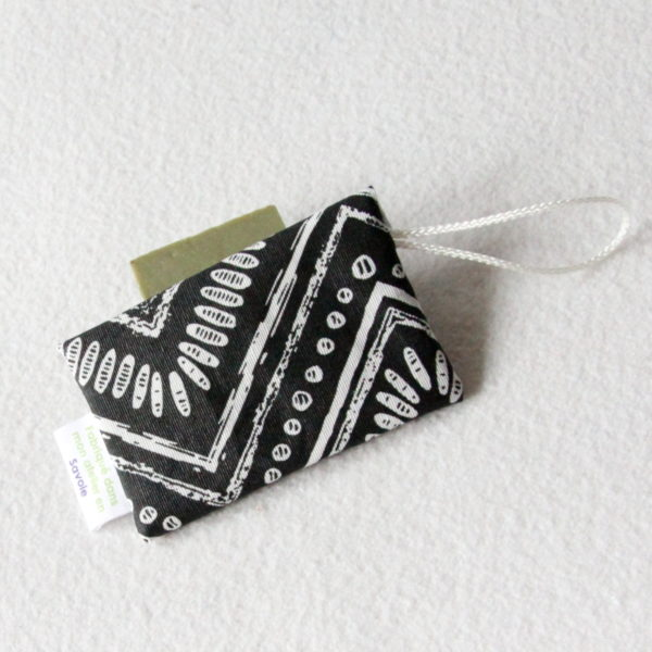 Pochette imperméable à savon ou shampoing solide zéro déchet en tissu enduit noir et blanc, format enveloppe