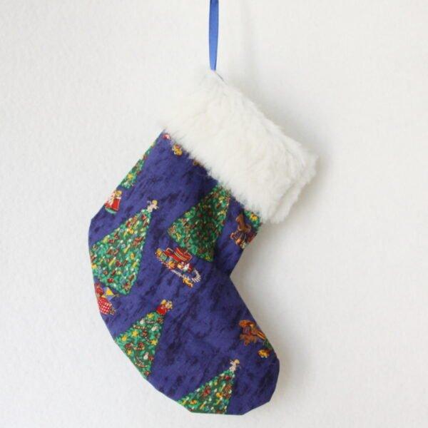Botte de Noël à suspendre coloris bleu avec motifs sapin de Noël