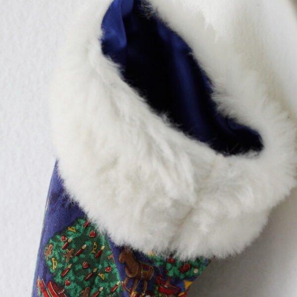Chaussette de Noël à suspendre coloris bleu avec motifs sapin de Noël